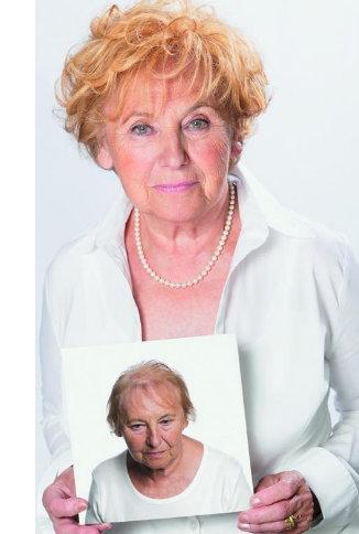 Ältere Frau mit Hairdreams Haarverdichtung